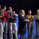 Finalistas en el escenario recibiendo el aplauso del público