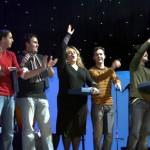 Elena Bugedo alzando la mano para saludar al público