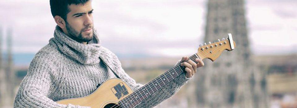 Daniel Guantes, guitarra en mano con la catedral de Burgos de fondo.