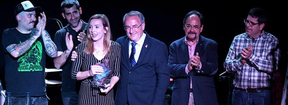 Carmesí recibiendo el trofeo de manos del alcalde de Villadiego con el grupo Sidercars de testigos